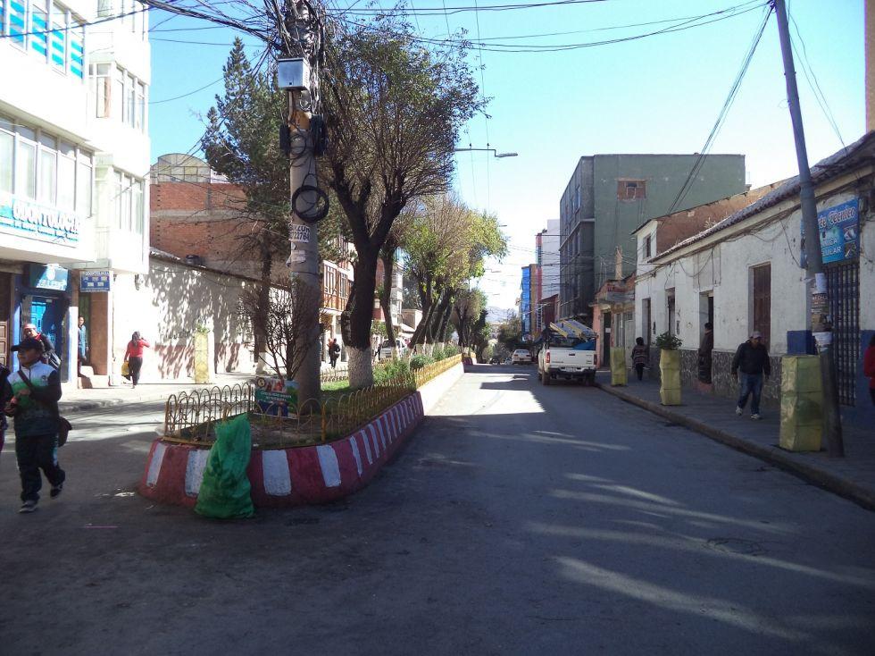 La calle Camacho está sin tráfico vehicular.