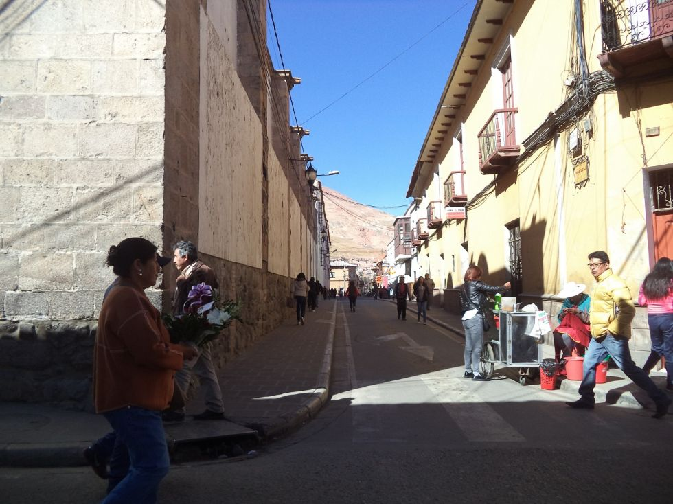 La calle Bustillos está sin tráfico de motorizados.