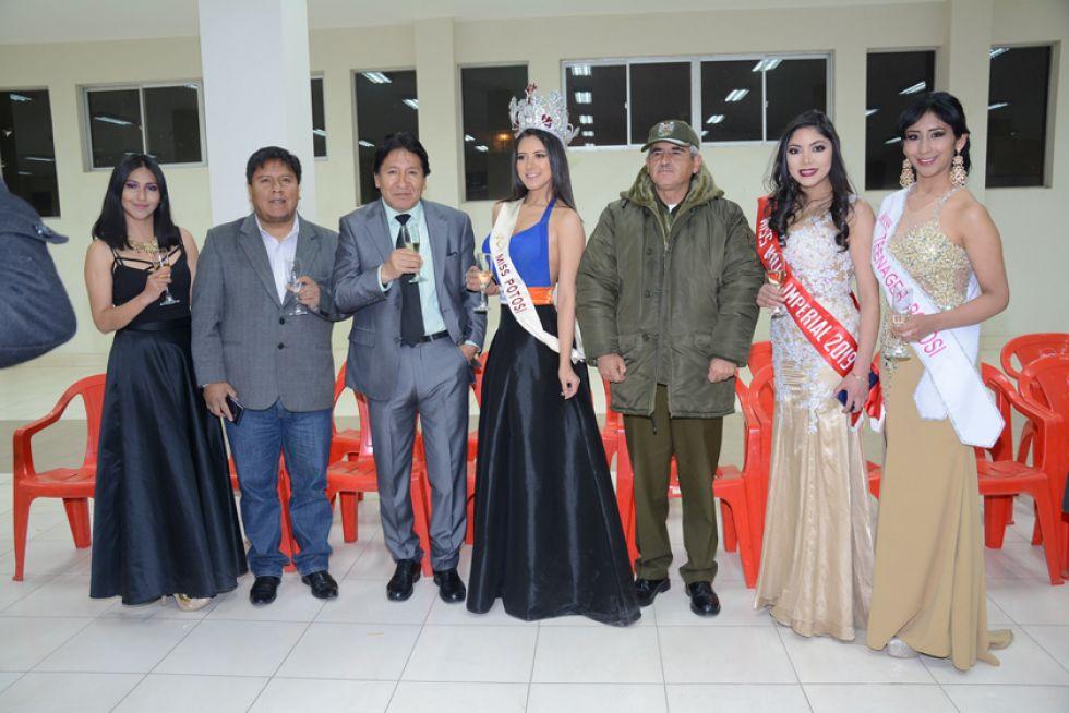El alcalde, el presidente de Cadeco y el comandante de la Policía con las reinas de belleza.