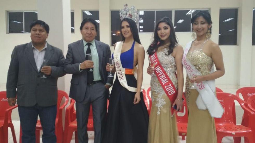 Alcalde y presidente de Cadeco con las reinas de belleza.