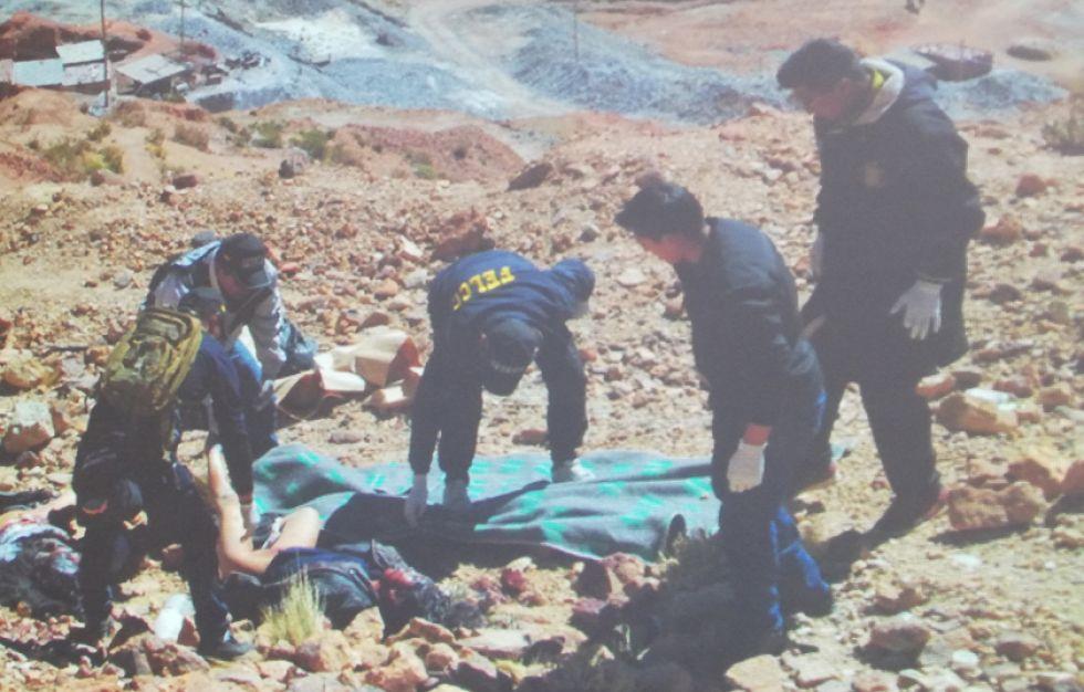 Los uniformados levantan los cadáveres.