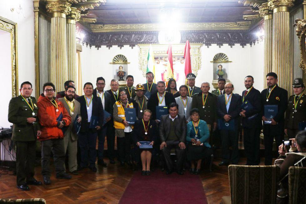 Los ciudadanos que recibieron la medalla posan con el gobernador Juan Carlos Cejas.