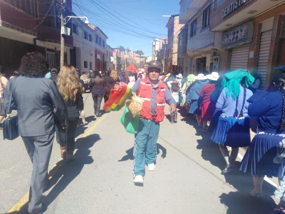 Imágenes del recorrido del desfile institucional.