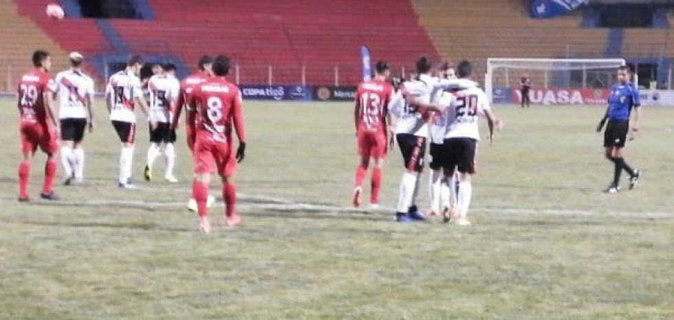 Festejan el gol de Nacional.