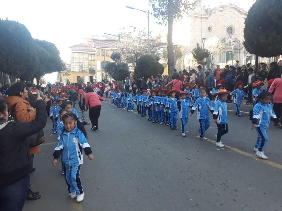 Bailarines llegan a la plaza 10 de Noviembre.