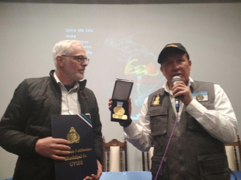 Rafael Ibáñez (i), concejal de Uyuni, entrega el