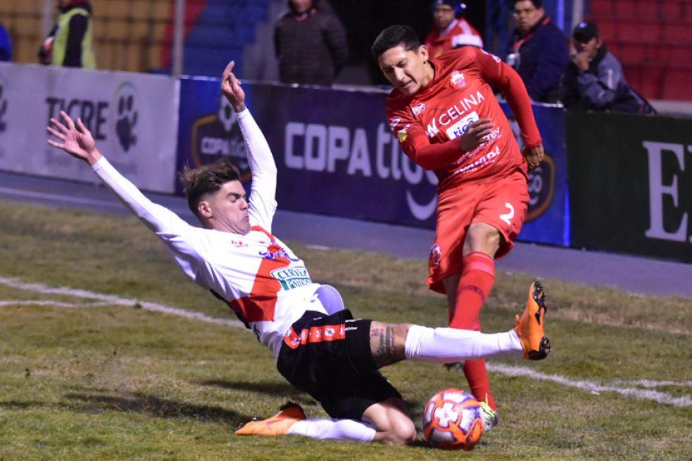 Bruno Pascua se barre en busca de quedarse con el balón.