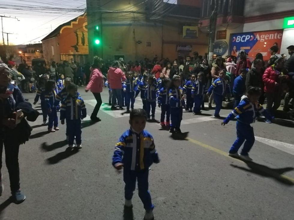 Las niñas danzan por las calles.