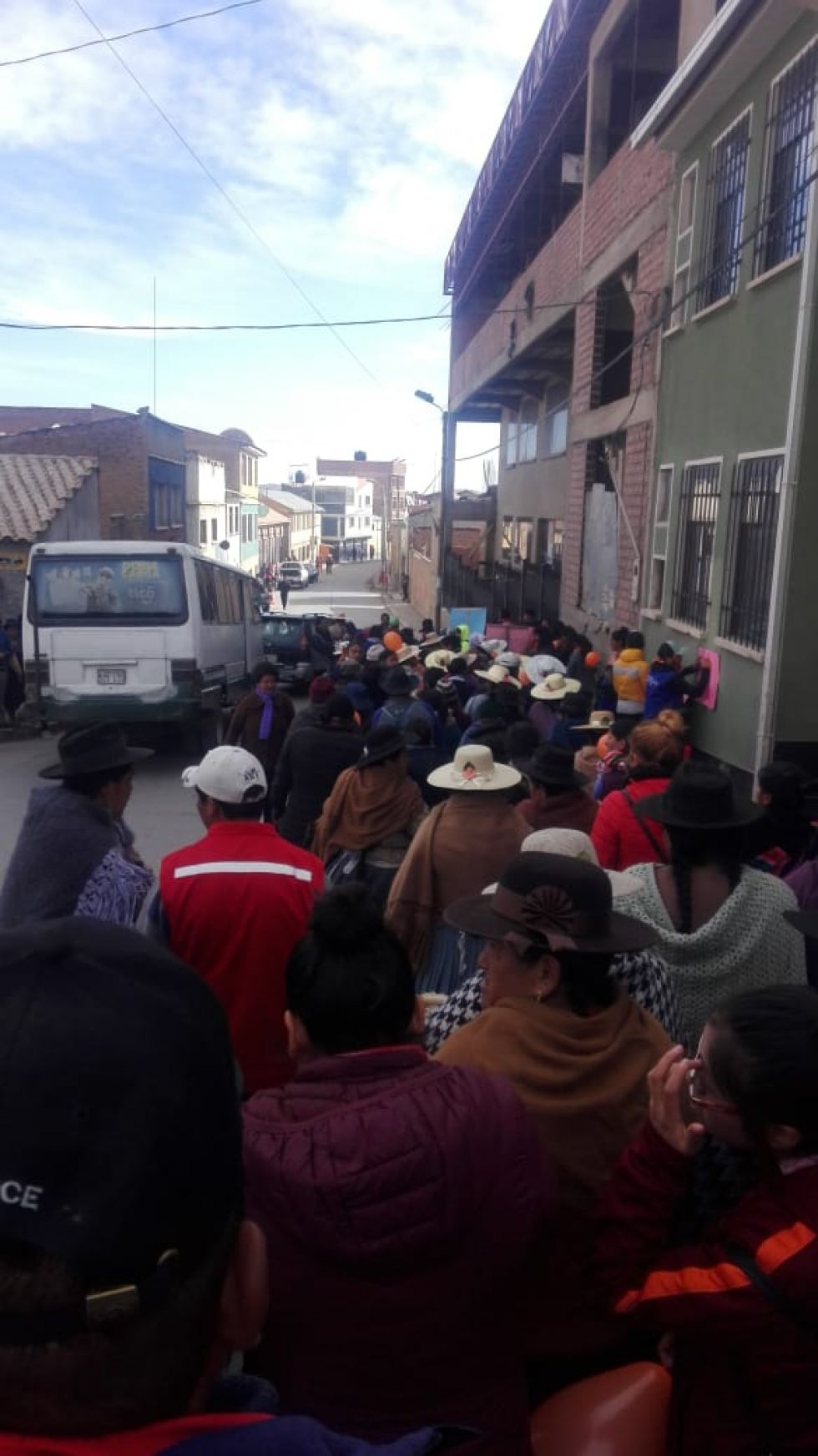 La marcha recorre las calles de la zona alta.