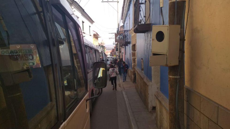 Marcha ocasiona el congestionamiento del tráfico vehicular en el centro de Potosí.
