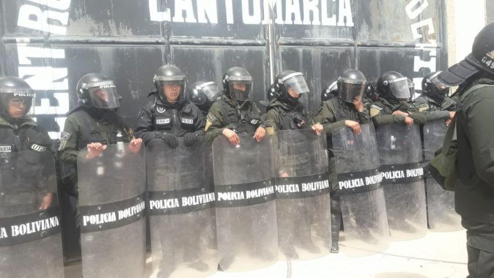 Los policías formaron un muro de contención.