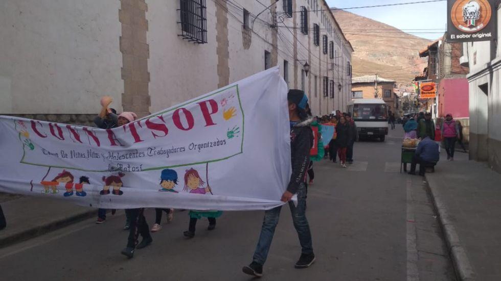 Los niños, niñas adolescentes trabajadores marchan.