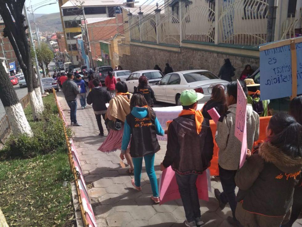 La marcha se desvía y toma la calle Antofagasta.