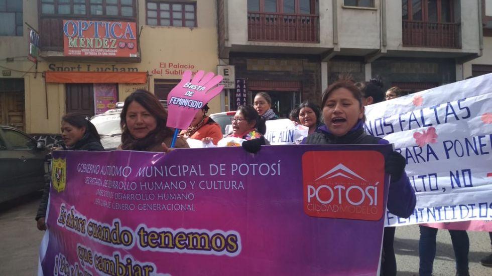 La esposa del alcalde, Patricia López, está en la marcha.