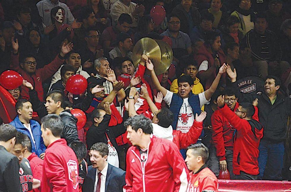 Los hinchas del toro rojo estuvieron presentes en el partido.