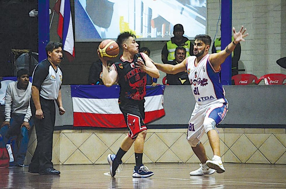 El jugador Ronald Arze, de Pichincha, pasa el balón.