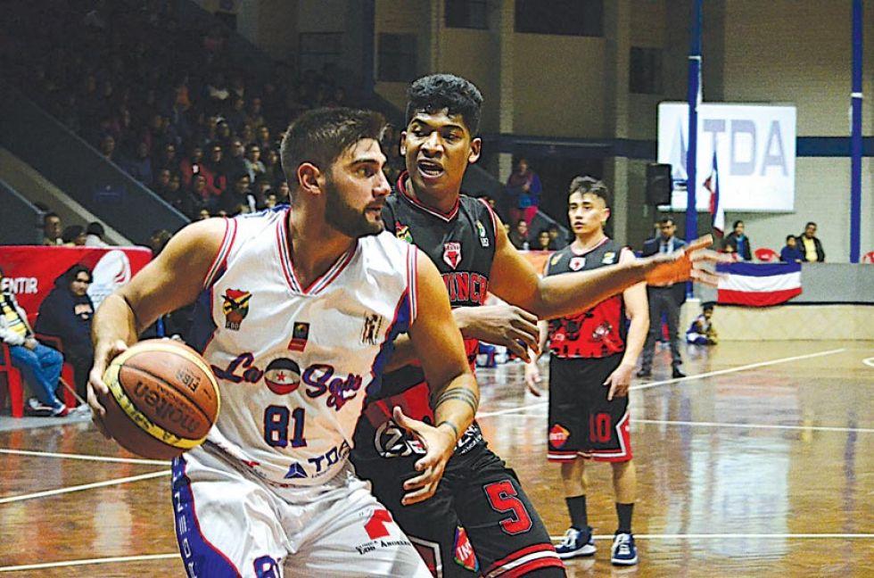 Luis Salinas, de Pichincha, marca a Miguel Barriola, de La Salle.