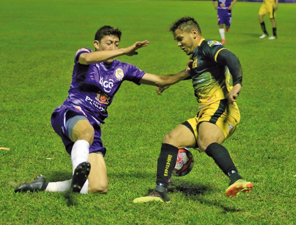 Marcelo Flores, de Real, intenta quitar el balón a su rival.