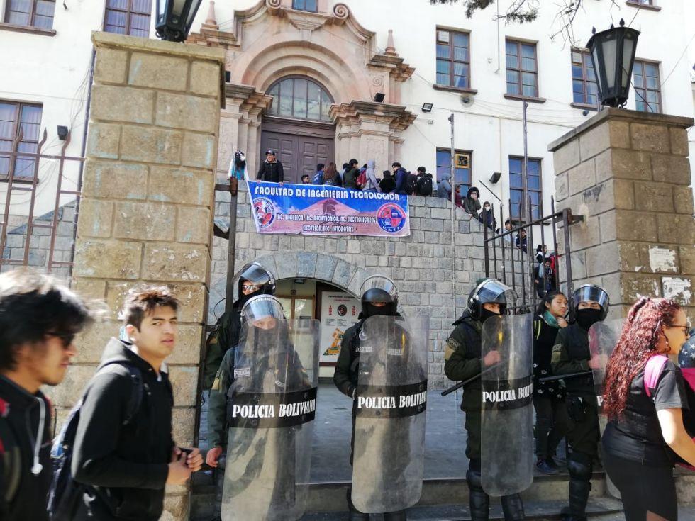 Universitarios se enfrentaron en cercanías al edificio central de la UATF