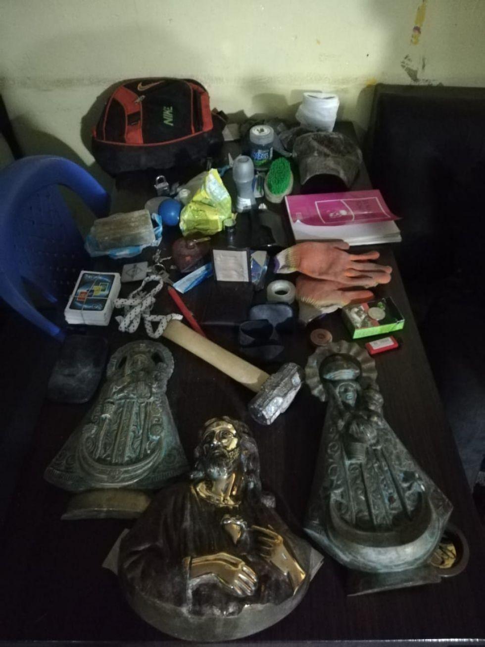 Los objetos que estaban en la mochila del acusado.