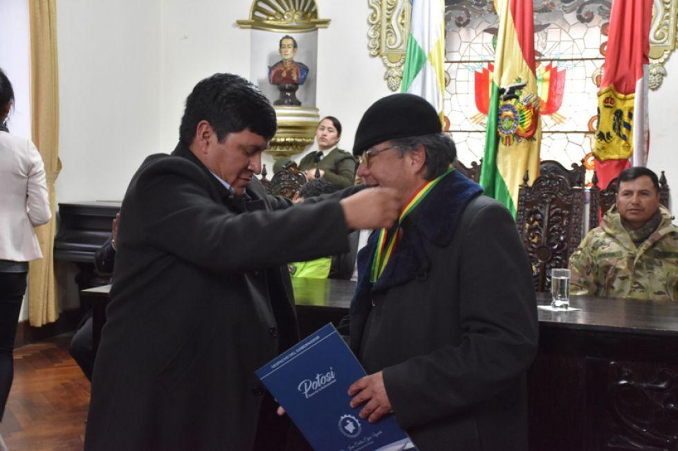 Entrega del reconocimiento a Rafael Arias.