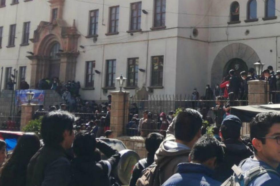 Alumnos se enfrentan en la UATF y se llama a Consejo Universitario
