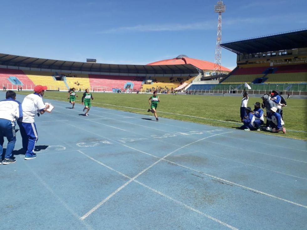 Compiten en el estadio Víctor Agustín Ugarte.
