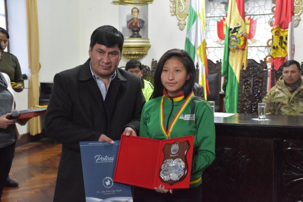 El gobernador junto a Ana Paula Condori.