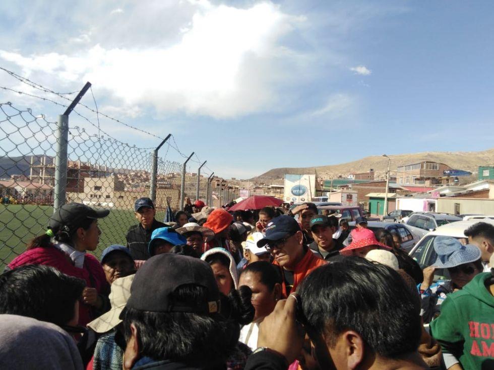 Mucha gente acudió al coliseo de Las Delicias creyendo que venderían puestos.