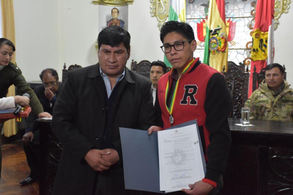 Pablo Jesús Guzmán Churata posa  tras recibir la distinción.