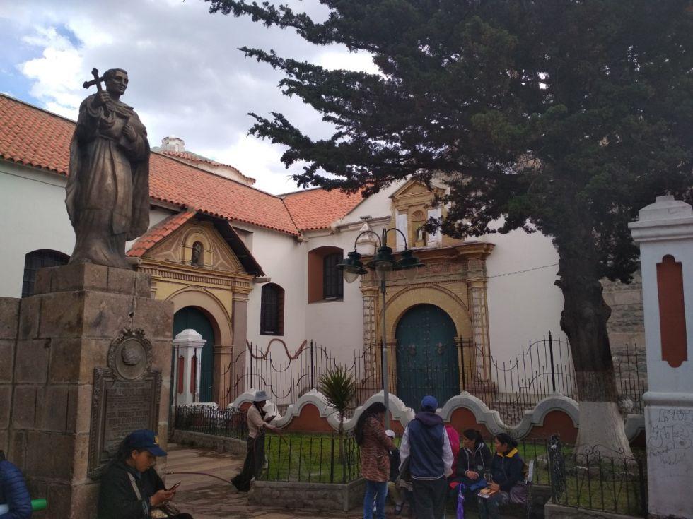 Estatua de fray Vicente y el acceso principal al templo de Santo Domingo.