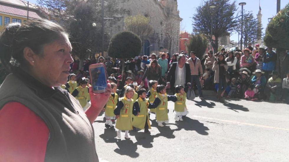 Los niños a su paso por el altar patrio.