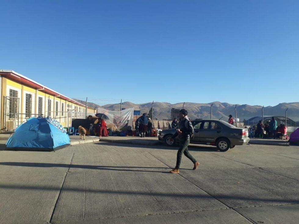 El periodista Walter Pinto reportó que ayer seguían las filas y carpas en el coliseo de Las Delicias.