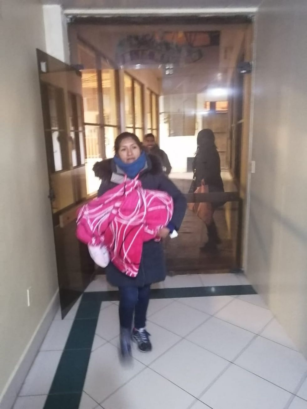 Una bebé fue abandonada en una bolsa de mercado