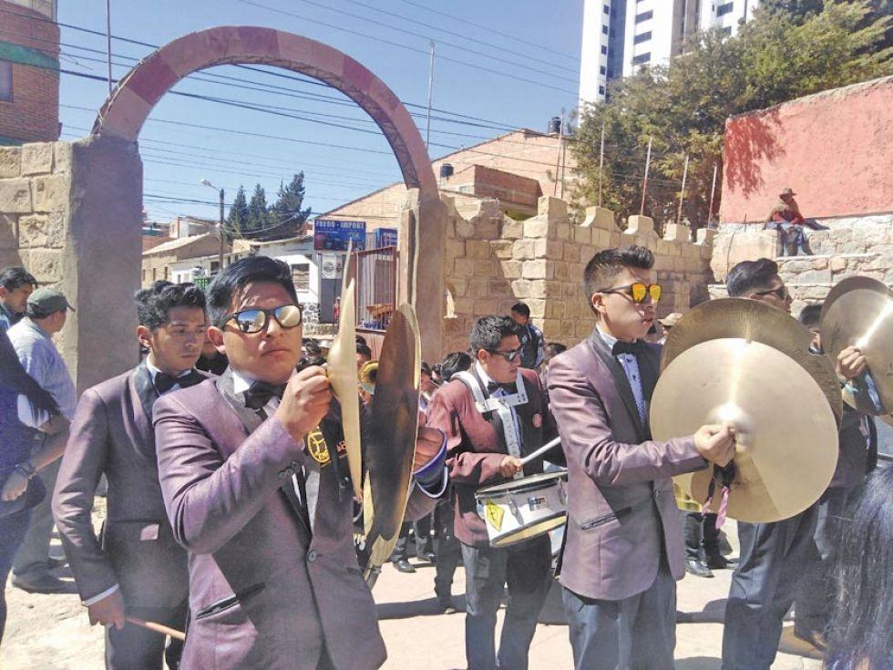 Músicos salen del Campo de Marte debidamente uniformados. Las bandas son un espectáculo aparte.