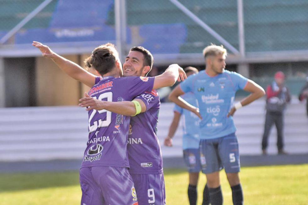 Mariano Berriex y Juan Vogliotti se abrazan tras uno de los tantos convertidos.