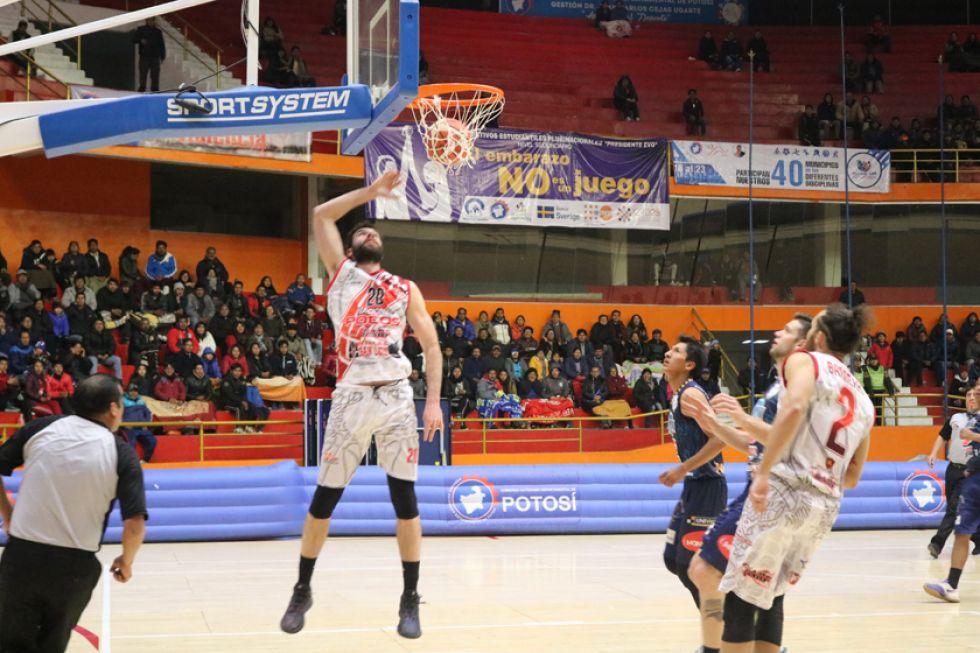 Agustín Ambrosino marca los dos puntos de la victoria.