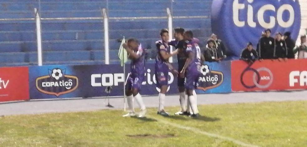 Gustavo Pinedo, de Real Potosíanotó a  los 13 minutos.
