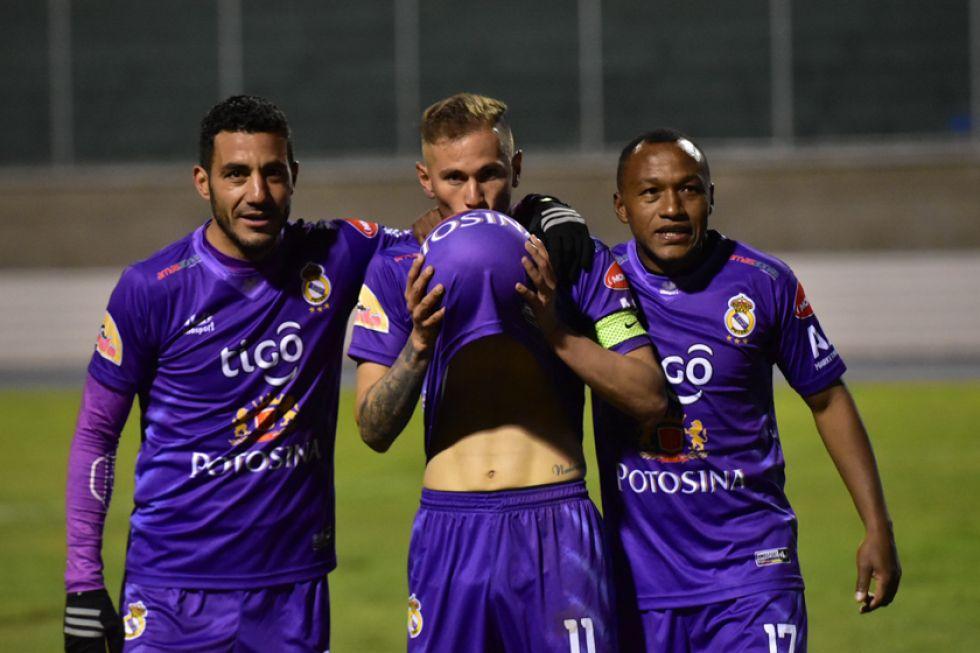 De izq. a der. Juan Vogliotti, Maximiliano Gómez y Gustavo Pinedo festejan el gol del triunfo.