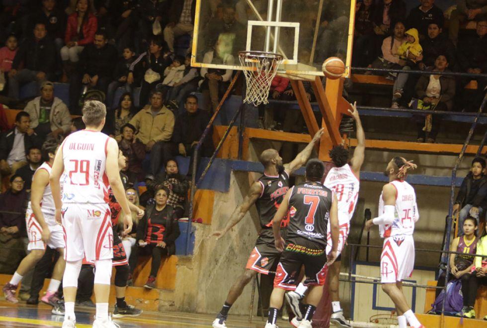 Los basquetbolistas de Rubair intentan anotar ante la marca de los pichinchenos.