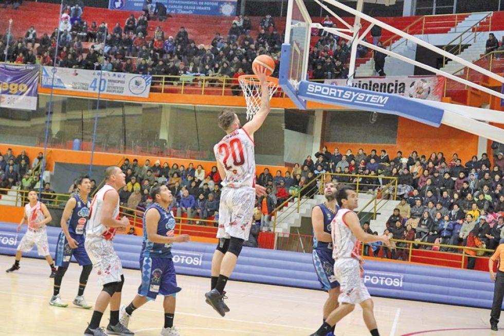 Agustín Ambrosino se eleva para convertir dos puntos.