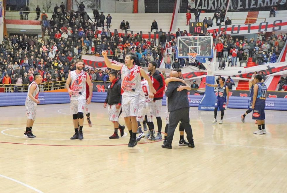 Los jugadores de la banda roja celebran la victoria.
