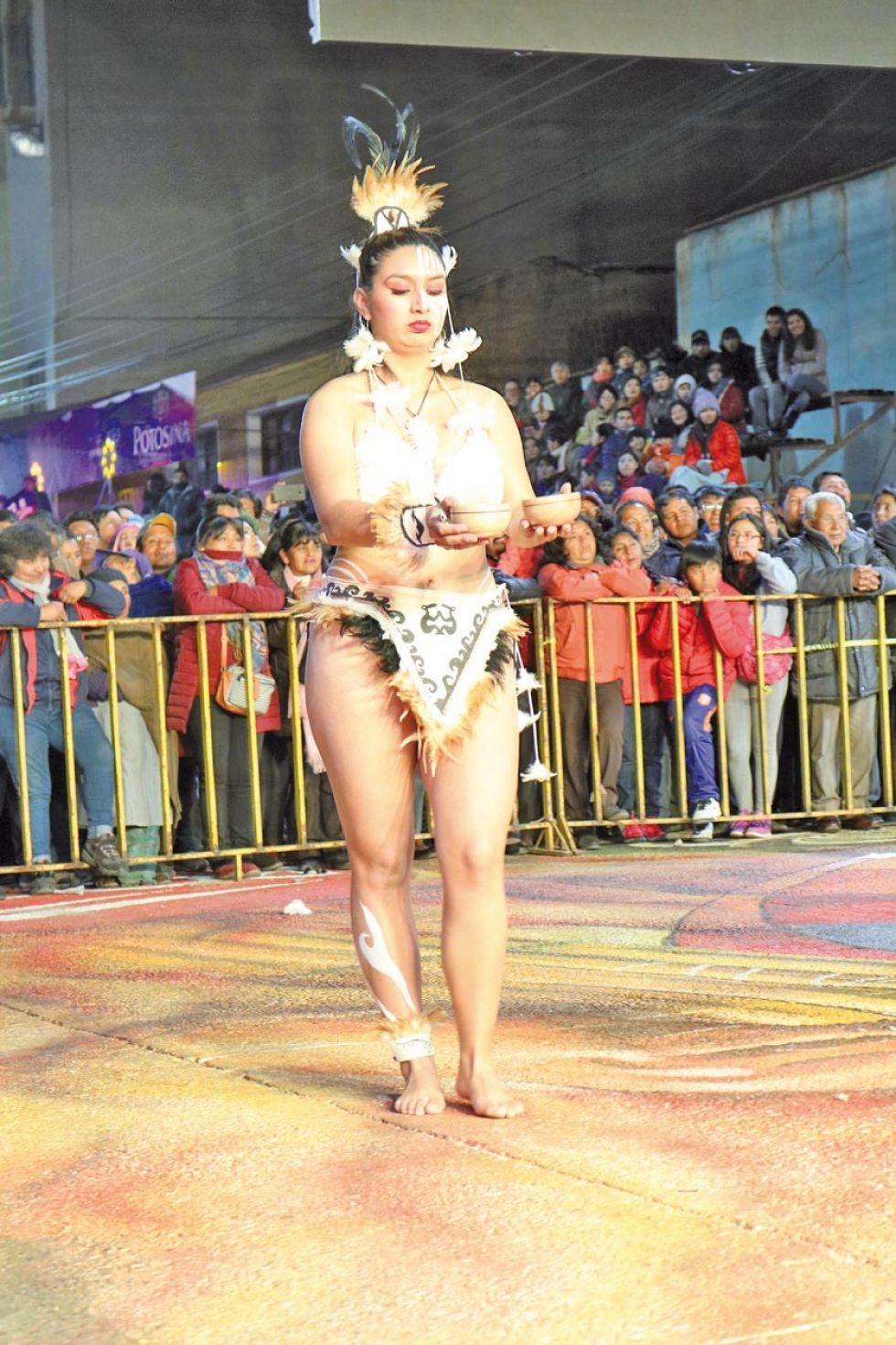 Una chilena descalza y semidesnuda.
