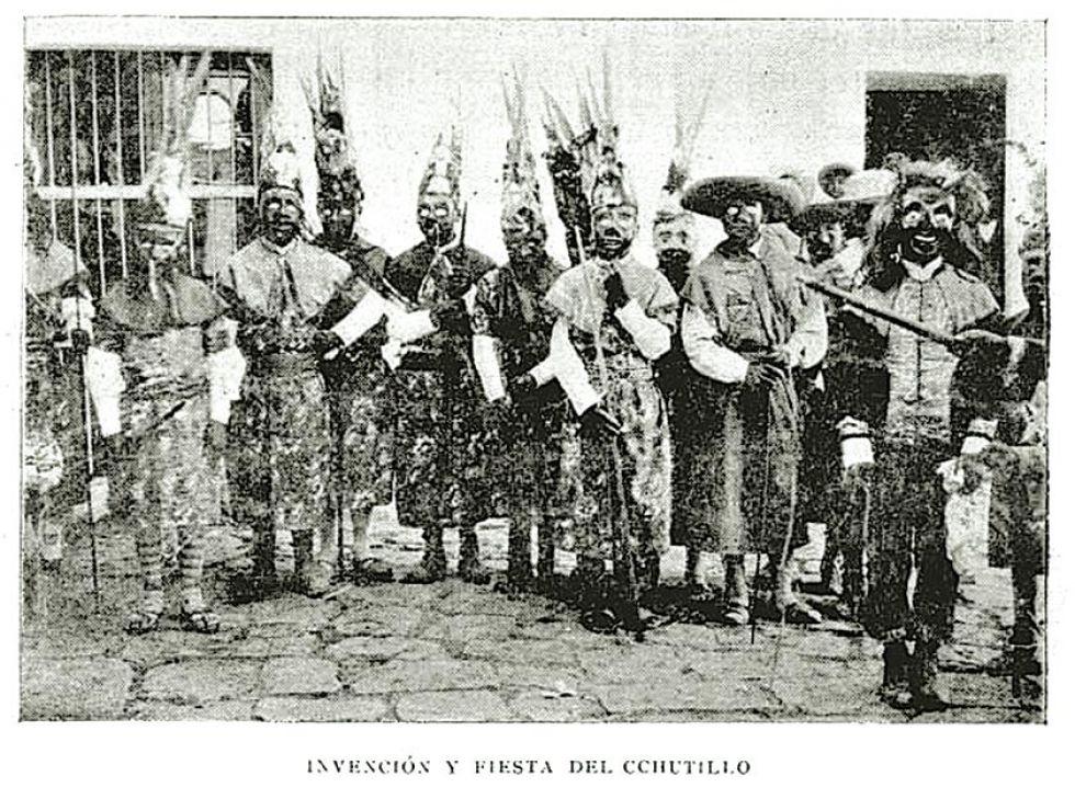 Supuestos bailarines en la fiesta de Ch'utillos. La foto fue publicada por Lucas Jaimes en 1905.