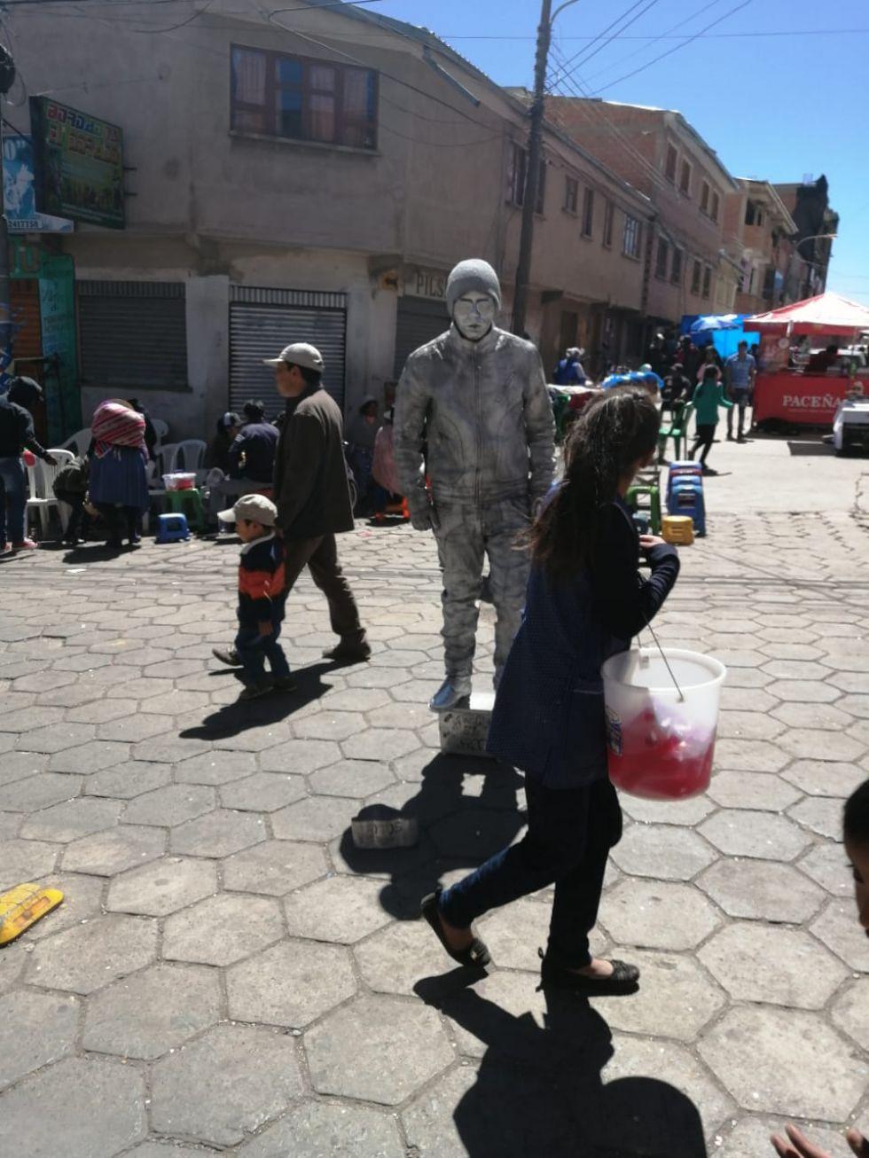 Artistas callejeros deleitan al público.
