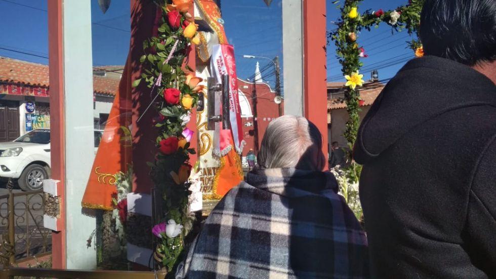 Rompiendo protocolo, una señora de la tercera edad, con lágrimas en los ojos, se anticipó a las autoridades a presentar sus pedidos al santo.