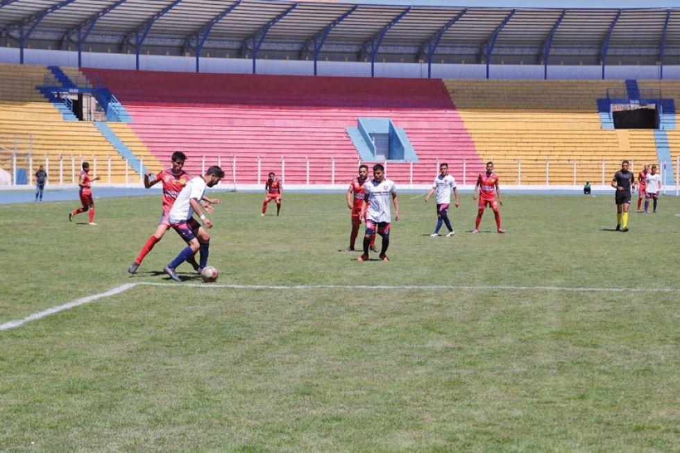 El defensor Rafael Recalde, de San Lorenzo, protege el balón de su rival.