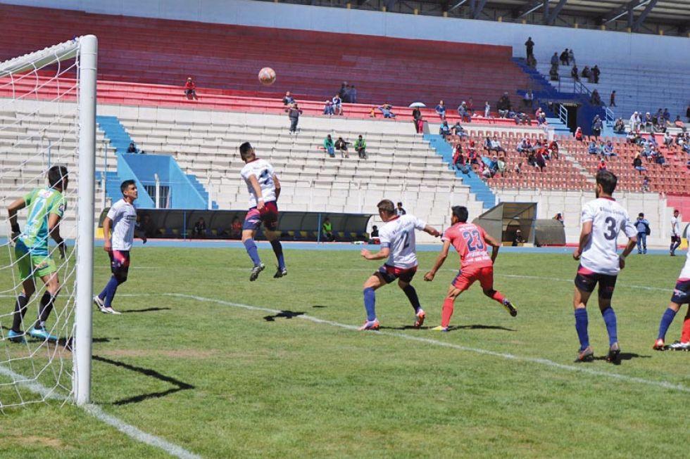 El jugador Juan Pablo Filipezuk, de San Lorenzo, cabecea el balón.