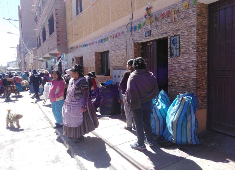 Las paceñas dejaron cientos de bolsas con mercadería en casas particulares.