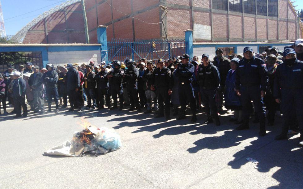 Personal de la Intendencia Municipal evitó el enfrentamiento entre vendedoras.